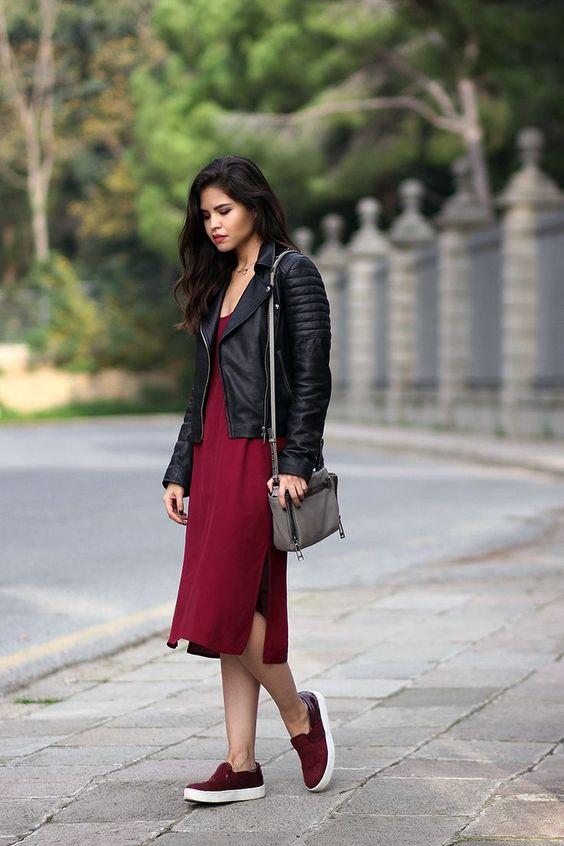 Красное свободное платье миди в сочетании с слипонами такого же цвета, черная кожаная куртка и поясная сумка.