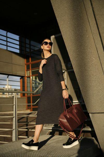 Черное платье миди прямого кроя в сочетании с черными слипонами на танкетке. Образ дополняют очки и бордовая сумка.