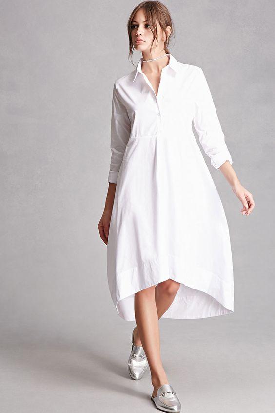 На фото однотонная белая рубашка, расширенная к низу и серебристые слипоны с декором в виде цепочки.
