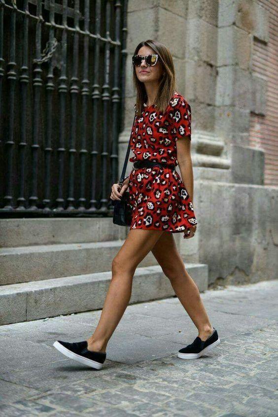 Летний аутфит - красное мини платье-рубашка с леопардовым принтом и поясом, черные кожаные слипоны, поясная сумка и очки.
