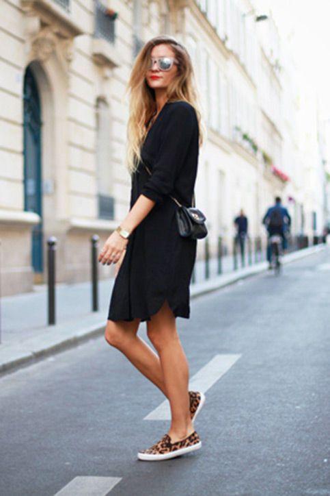 Черное платье-рубашка выше колена и леопардовые слипоны. Образ дополнен поясной сумкой и очками.