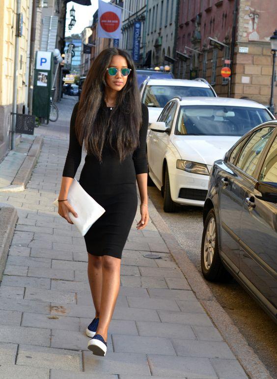 Черное облегающее платье-футляр в сочетании с синими слипонами и белым клатчем.