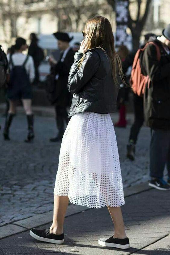 Белое платье ниже колена, черная кожаная куртка в сочетании с черными слипонами.
