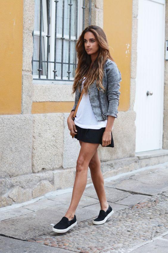 На девушке мини-платье, черные слипоны и серая джинсовая куртка.