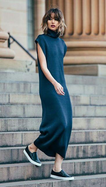 Девушка надела темно-синие свободное платье в пол без рукавов и черные кожаные слипоны.