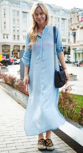 Прямое джинсовое платье макси в сочетании с леопардовыми слипонами.