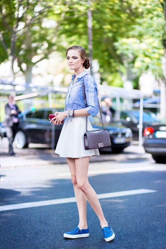 Белый и синий – доминирующие цвета в ансамбле из юбки солнце и слипонов