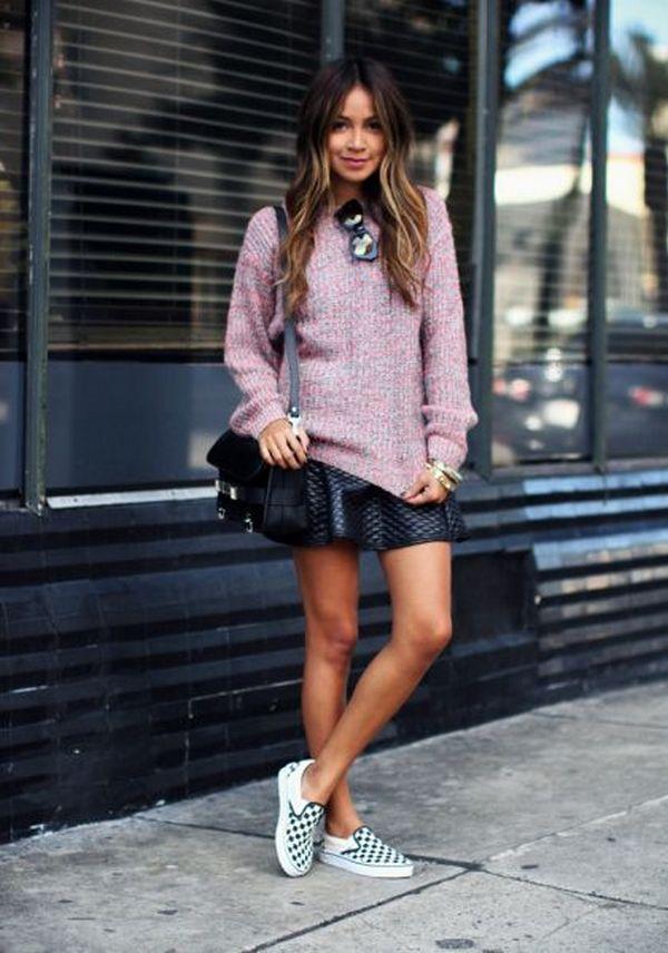 Юбка из кожи со слипонами в прохладную погоду будет гармонична в сочетании с легким свитером