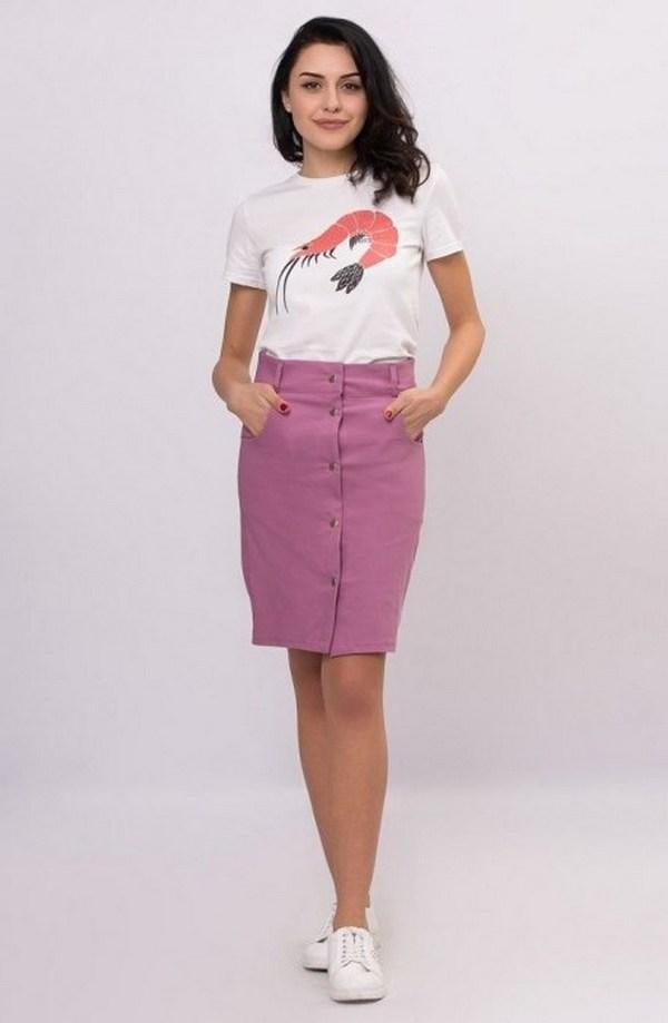Светло-сиреневая джинсовая юбка на пуговицах с белой футболкой и белыми слипонами – оригинальный аутфит на каждый день