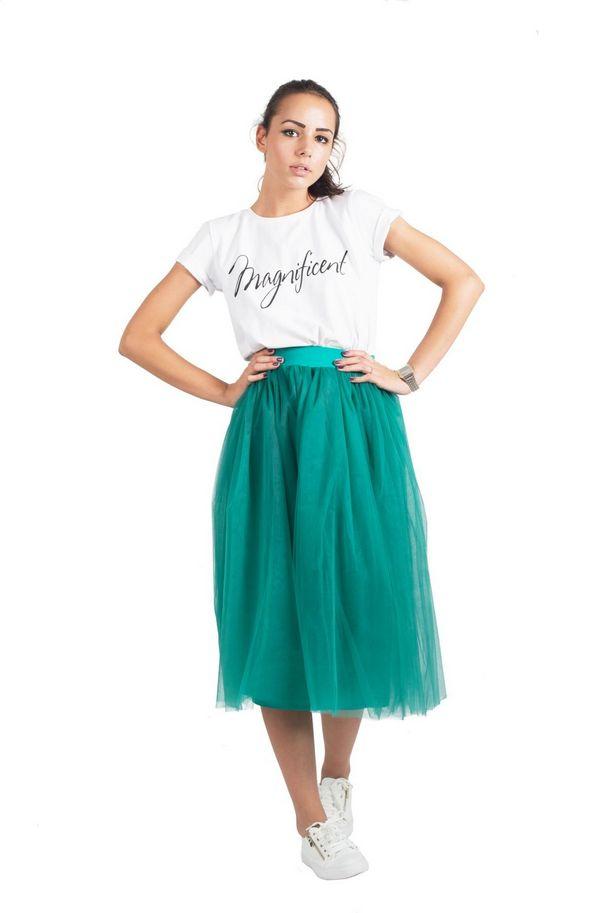 Тандем из многослойной яркой тюлевой юбки, белых слипонов и футболки – лучший аргумент в пользу сочетаемости этих элементов гардероба