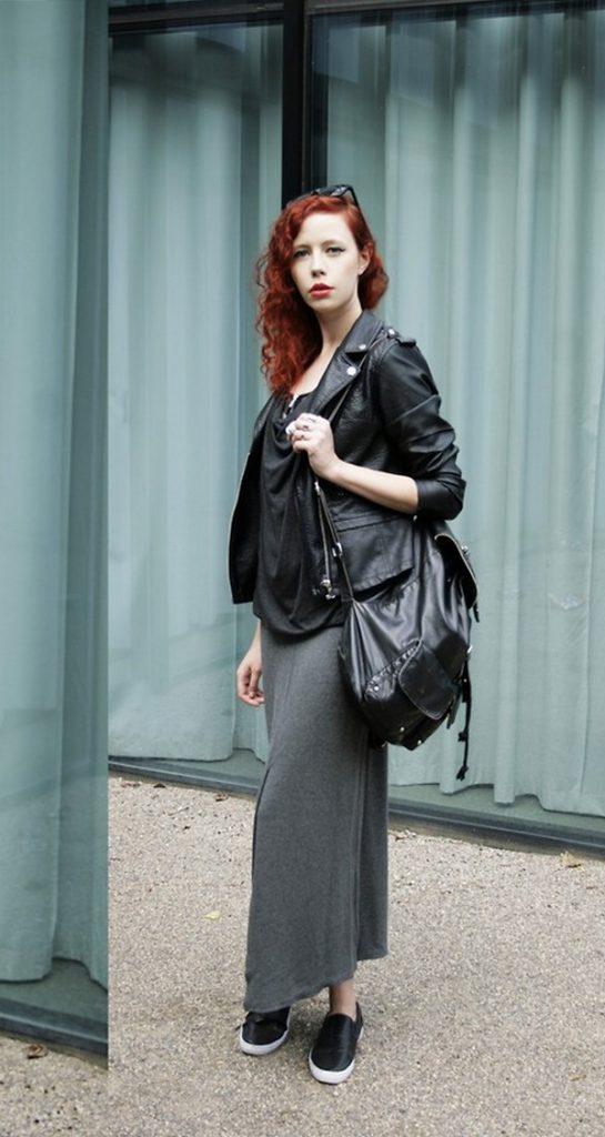 Длинная юбка с черными кожаными слипонами, сумкой и курткой – стильное сочетание строгих оттенков