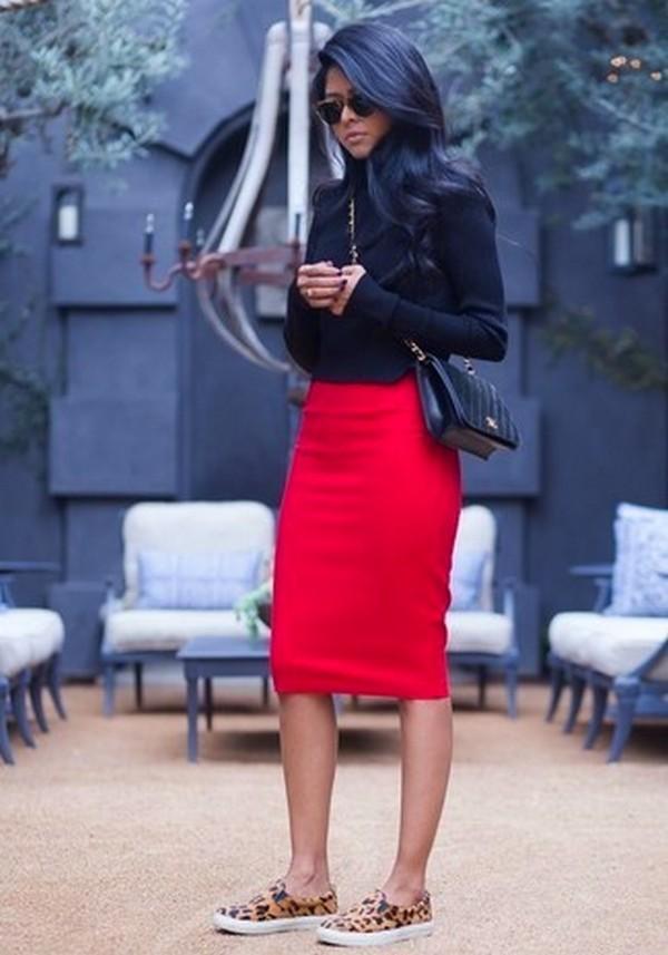 Красная юбка карандаш с леопардовыми слипонами – экстравагантный тренд сезона