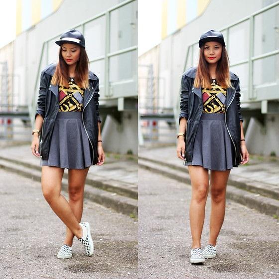 Короткая однотонная юбка солнце и слипоны в «шашечку» - популярный молодежный аутфит для городских прогулок