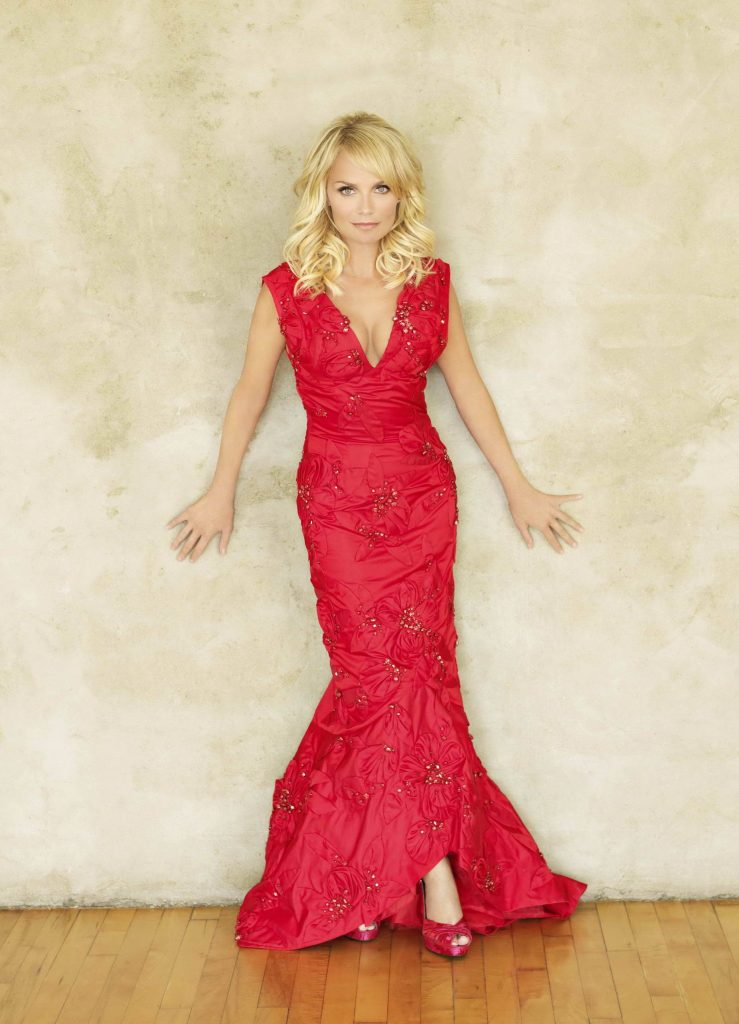 Красное макси-платье изысканно смотрится с туфельками в тон с открытым носом.