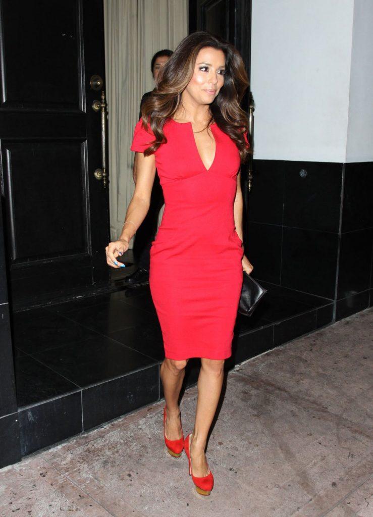 Красное платье футляр прекрасно смотрится с туфлями в тон.