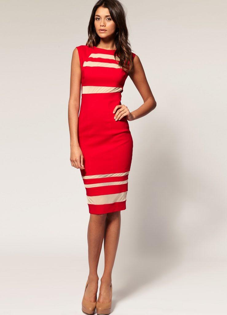 Нюдовые туфли прекрасно оттенят платье-футляр красного цвета.