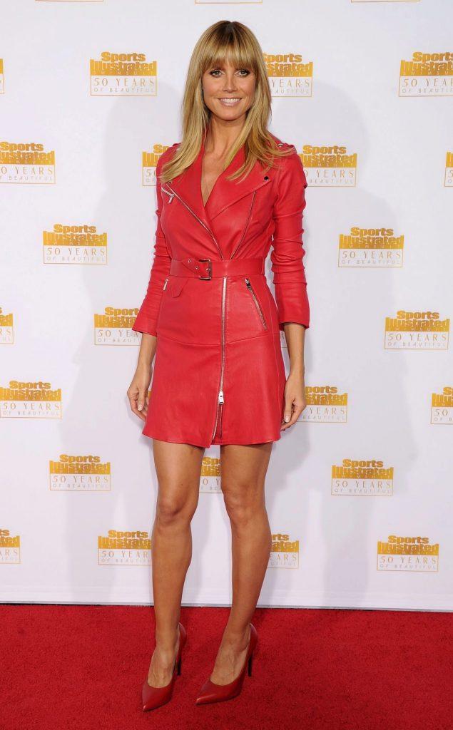 Красное кожаное платье будет гармонично смотреться с туфлями в тон.