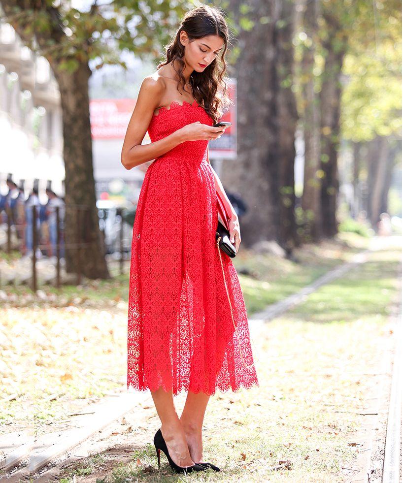 Кружевное красное платье изысканно смотрится в сочетании с черными туфлями на шпильке.