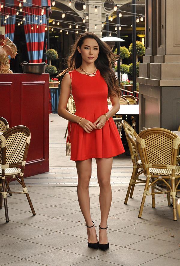 Красное платье и черные туфли прекрасно смотрятся с золотыми аксессуарами.