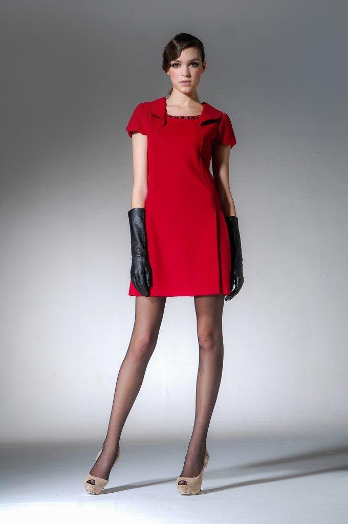 Черные перчатки придадут образу с красным платьем эффектности.