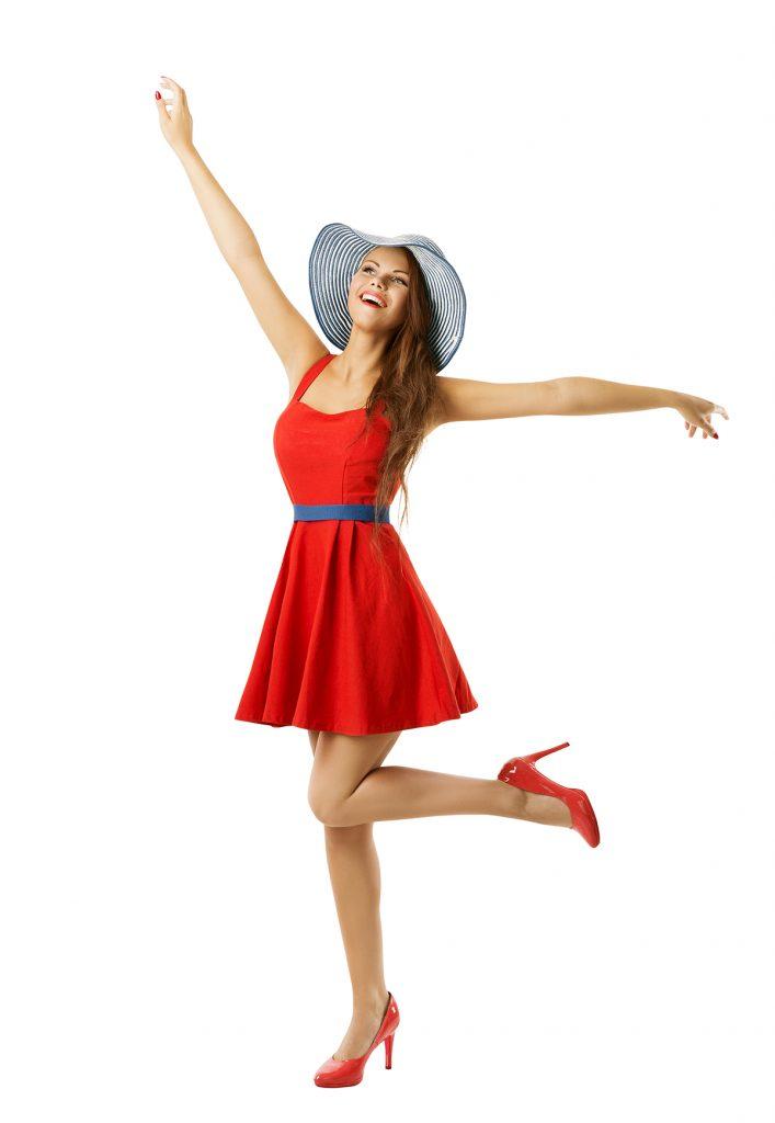 Летний лук с красным платьем и синими аксессуарами.