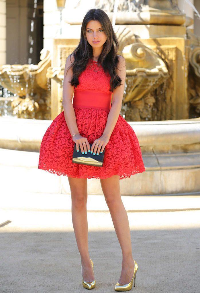 Золотистые туфельки сделают образ с красным платьем сияющим и ярким.