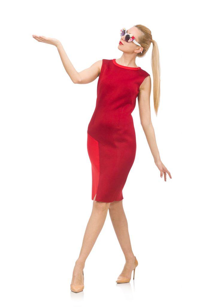 Бежевые туфли отлично оттенят красоту красного платья.