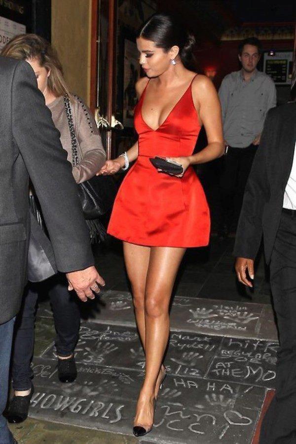 Универсальное решение к красному платье - прозрачные туфли с аккуратным черным носком.