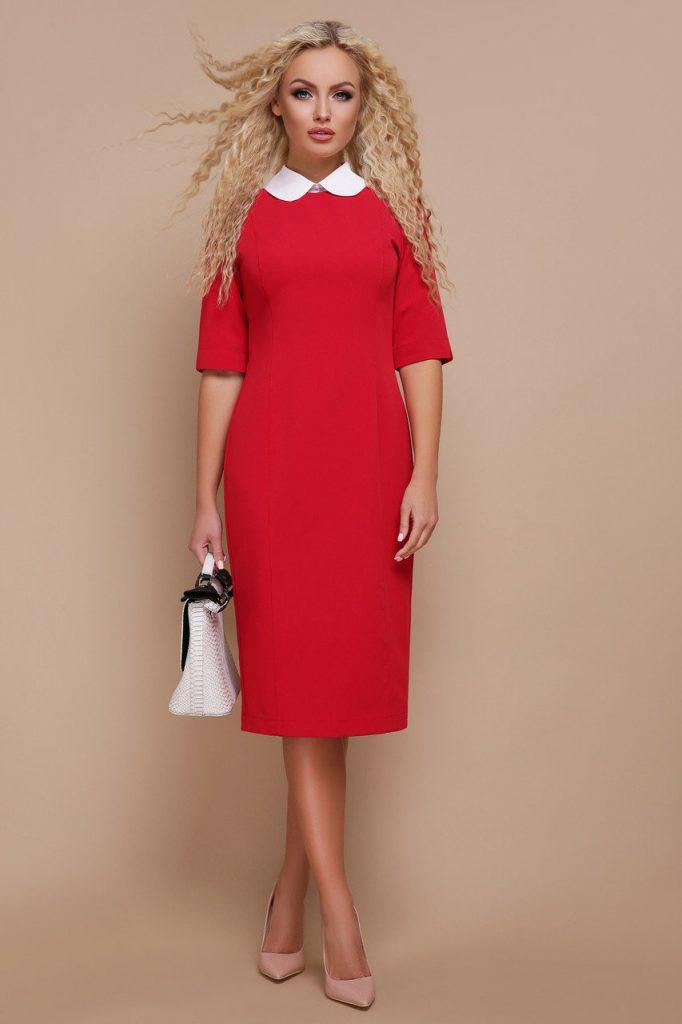 Деловое красное платье отлично смотрится с классическими бежевыми лодочками.