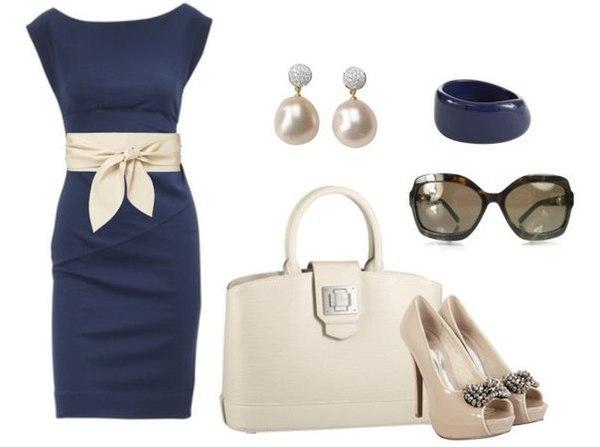 Жемчуг, стильные очки, белое золото и такого же цвета сумочка и пояс – эффектные дополнения образа с синим платьем и туфлями на шпильке