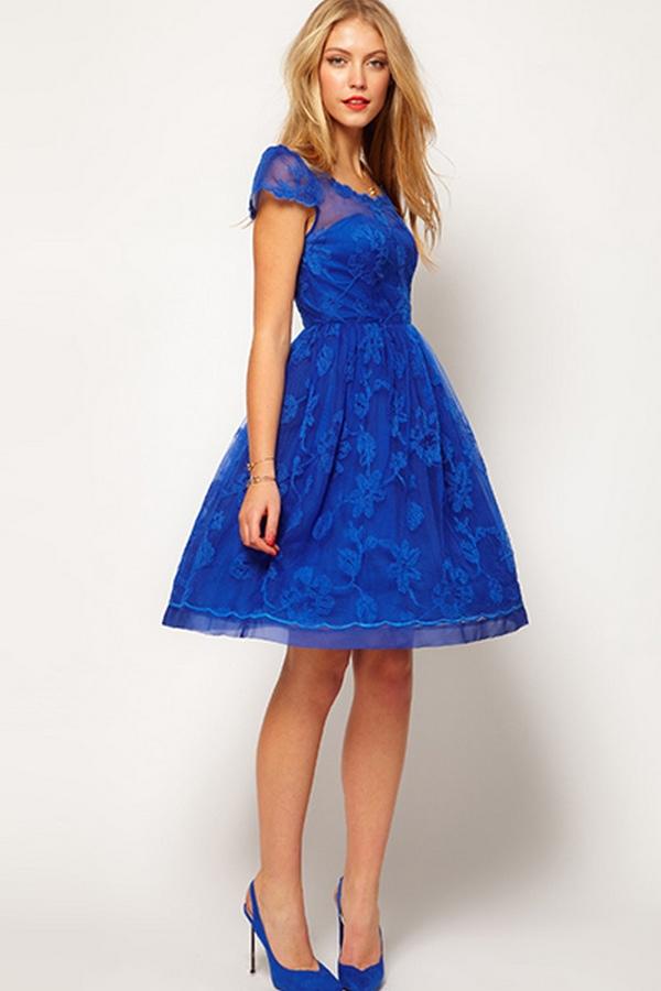 Идеальный тандем для вечернего аутфита – на тон отличающиеся по цвету синее платье и туфли