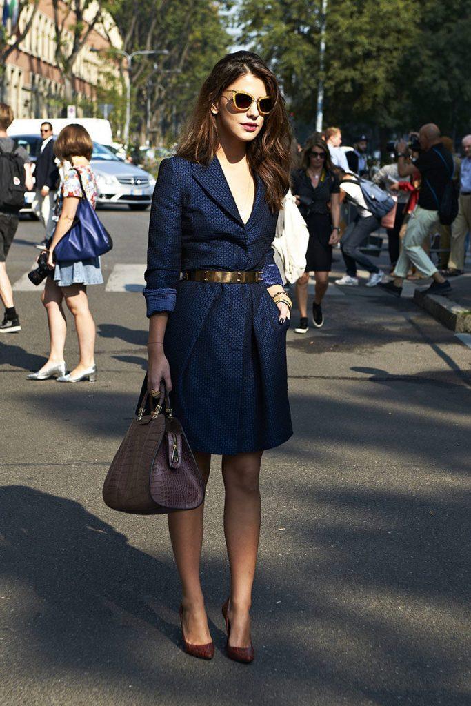 Повседневный лук для офиса с платьем синего цвета сделают запоминающимся туфли контрастного бордового оттенка под кожу рептилии