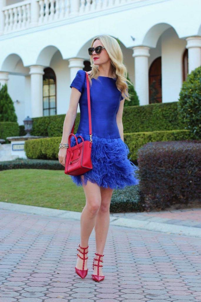 Броский аутфит из синего платья и красных туфель интересного фасона – привлекательный образ, приковывающий взгляды