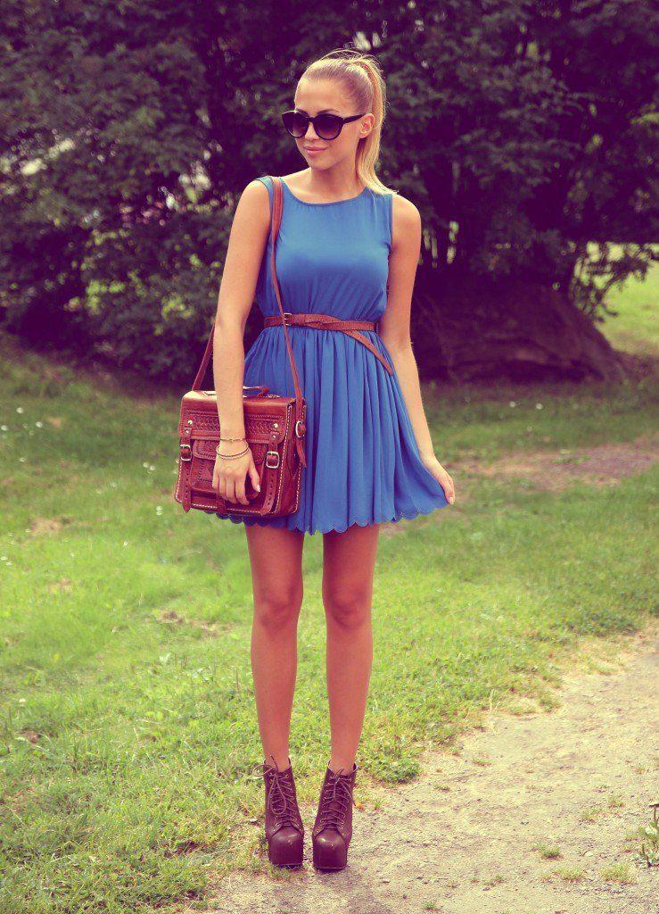 Вишневая обувная пара – прекрасное дополнение к образу с платьем холодного синего оттенка
