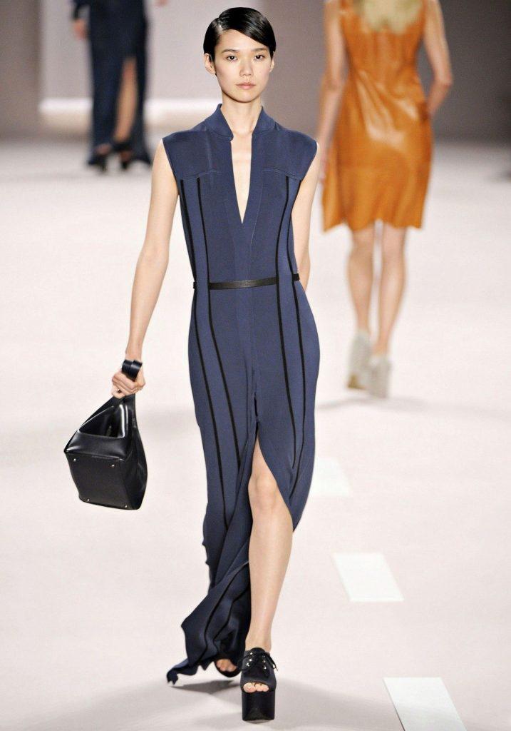 Модные дизайнеры на подиумах демонстрируют варианты ансамблей синего платья и моделей туфель для разных случаев