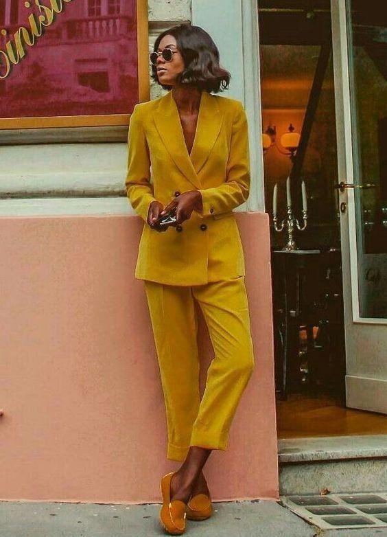 Желтый брючный костюм в сочетании с горчичными туфлями на скрытой платформе.