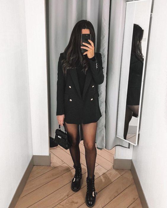 Девушка надела длинный черный пиджак, тонкие черные колготки, ботинки на шнуровке и платформе, выбрала маленькую черную сумку.