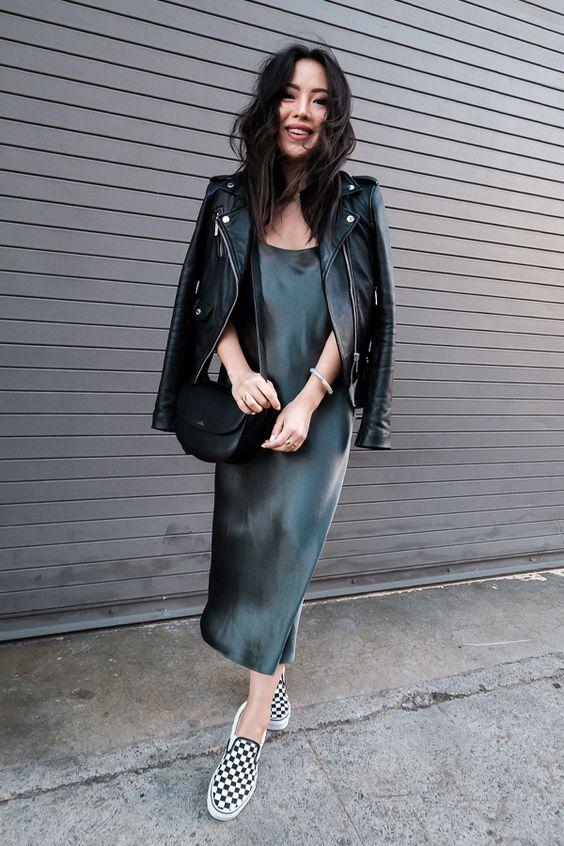 Изумрудное шелковое платье-миди свободного кроя, кожаная куртка, черно-белые слипоны на толстой подошве и черная поясная сумка.
