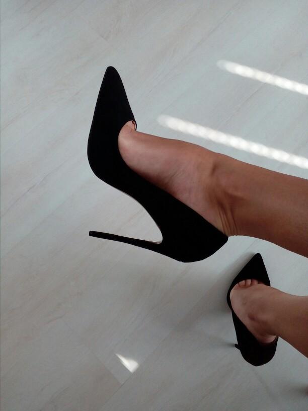 Черные лодочки на шпильке – базовая обувь в гардеробе стильных дам