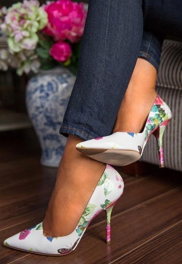 Яркий цветочный принт – нетривиальная расцветка для туфель на шпильке