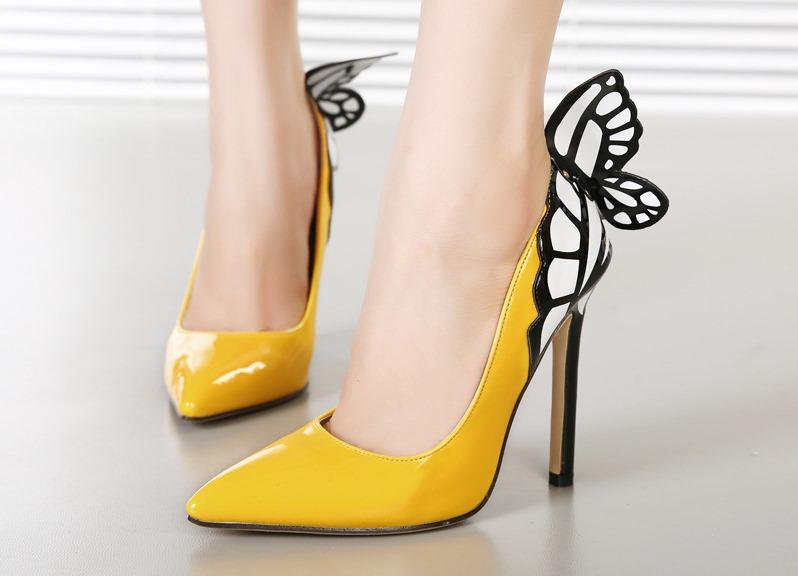 Туфли на шпильке желтого цвета в сочетании с белым и черным – выбор экстравагантных модниц