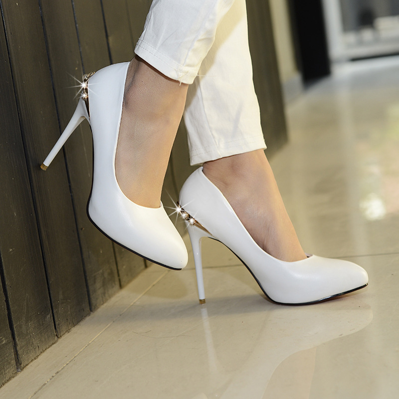 Белые туфли на шпильке со стразами – новое слово в тренде обувной моды