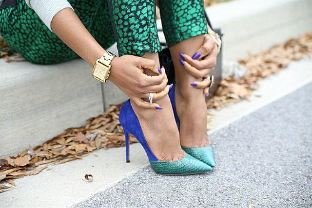 Сочетание ярко-синей замши и кожи рептилии в туфлях на шпильке – эффектное воплощение фантазии дизайнера