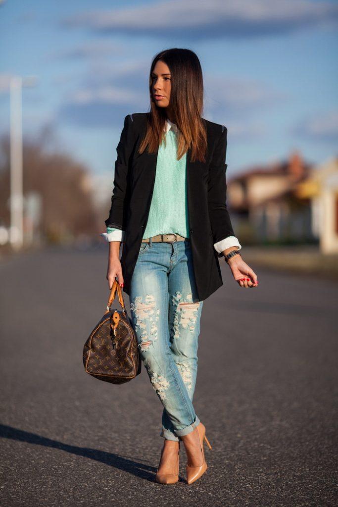 Бежевые туфли на шпильке гармоничны в аутфите в стиле кэжуал в ансамбле с рваными джинсами и прямым пиджаком до середины бедра