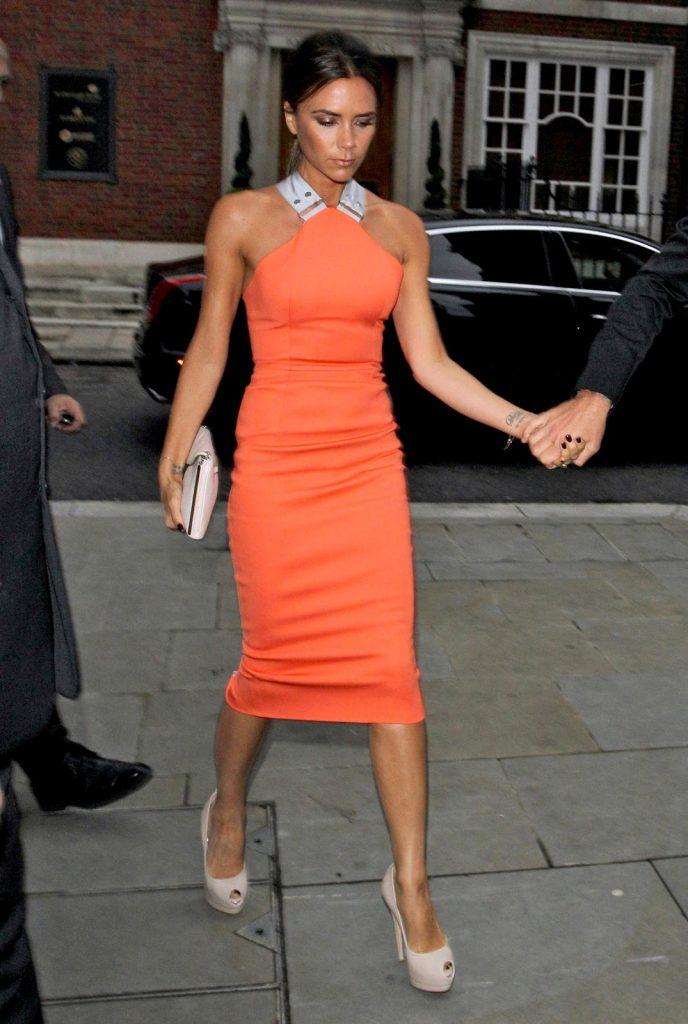 Пудровые кожаные туфли на шпильке – отличное дополнение к вечернему платью ярко-оранжевого оттенка