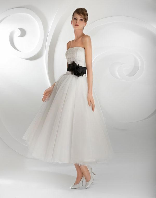 Белоснежное платье с пышной юбкой и белые туфли на шпильке классического фасона – лучшее решение для наряда невесты