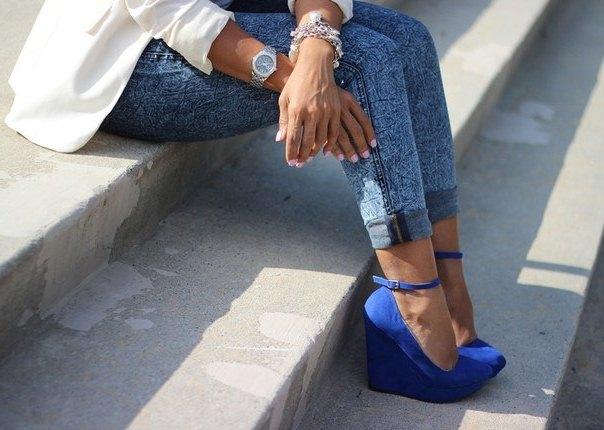 Туфли на танкетке насыщенно-синего цвета из замши и подвернутые джинсы с белым пиджаком – яркий аутфит в повседневном стиле.