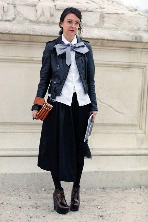 Юбка миди, белая свободные рубашка и высокие закрытые лаковые туфли на танкетке темно вишневого оттенка – нетривиальное сочетание делового лука