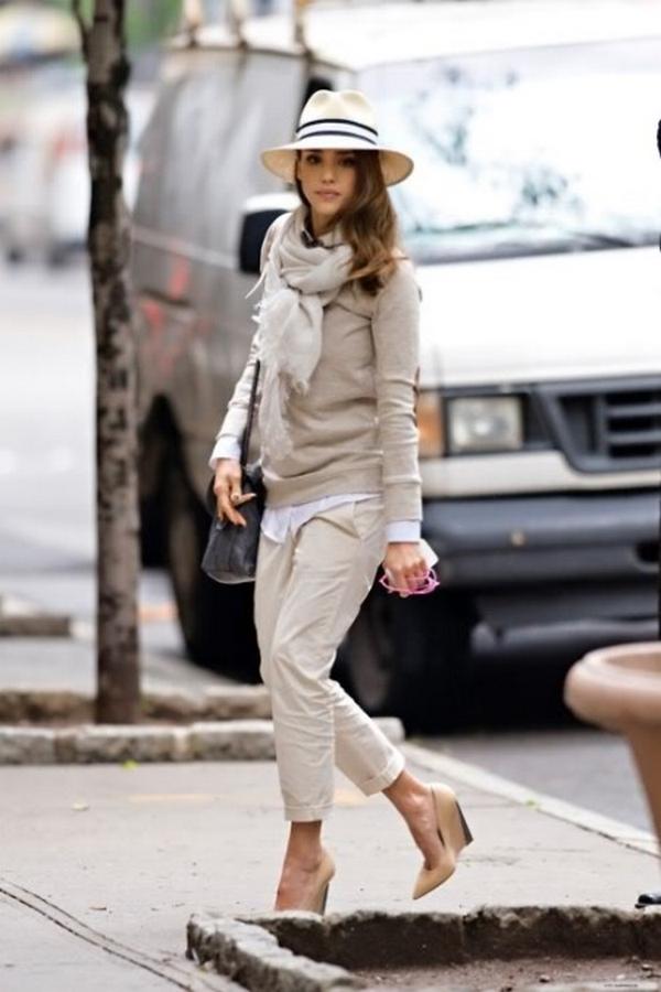 Образ в стиле кэжуал с прямыми укороченными брюками и туфлями нюдового цвета на танкетке – гармоничное сочетание формы и цвета