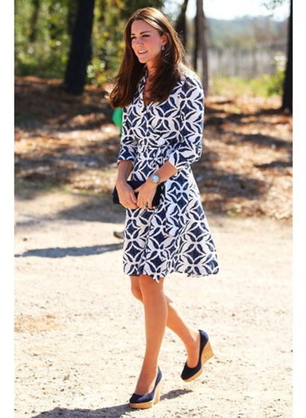 Туфли на танкетке с расклешенным платьем в тон – прекрасное сочетание, подчеркивающее безупречный вкус стильной леди